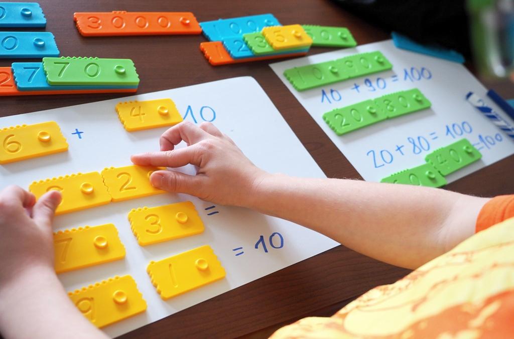 Matematická vzdelávacia hračka, zložená z dvojfarebných dielikov